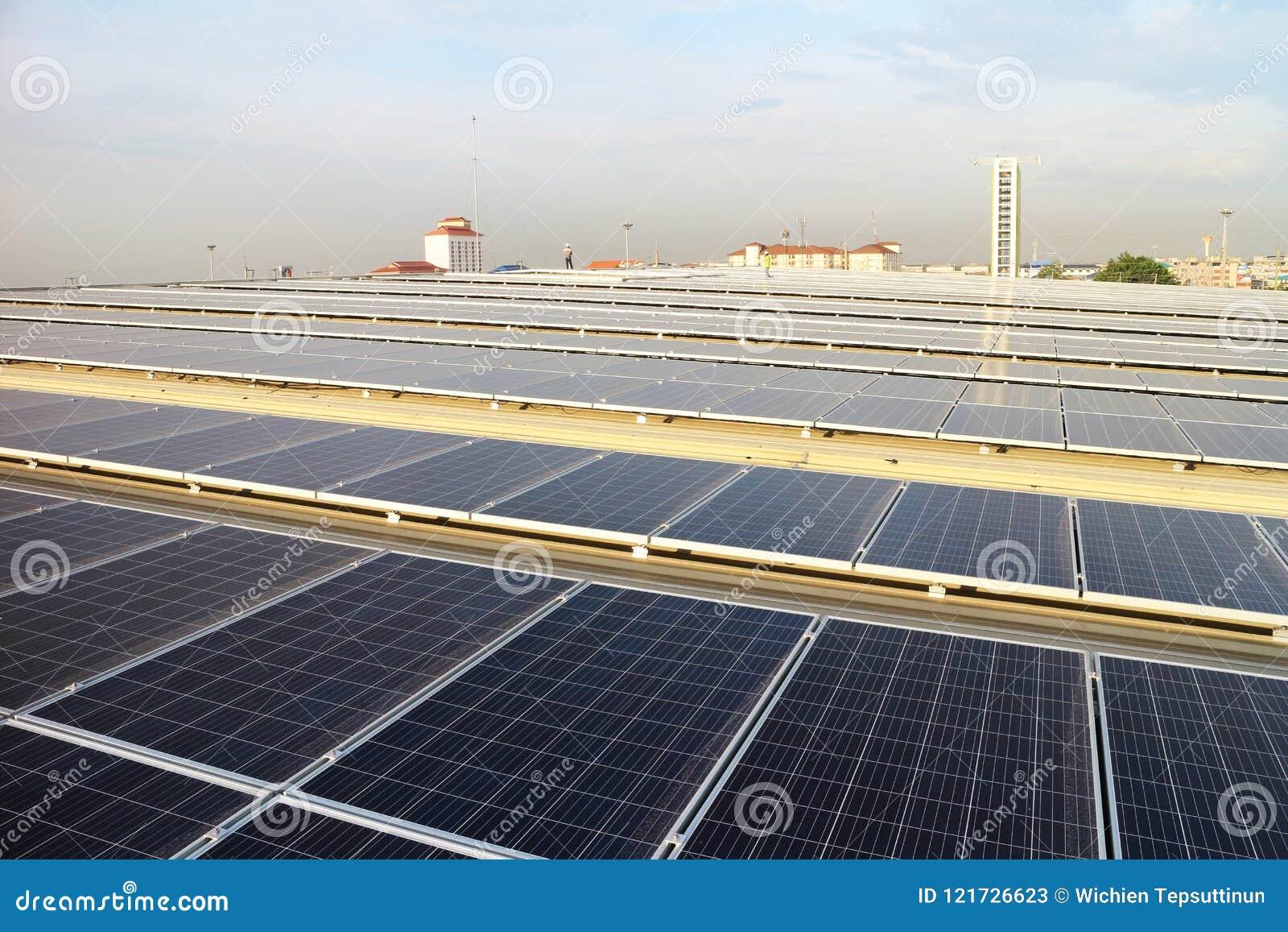 Solar-PV-Dachspitze mit Techniker