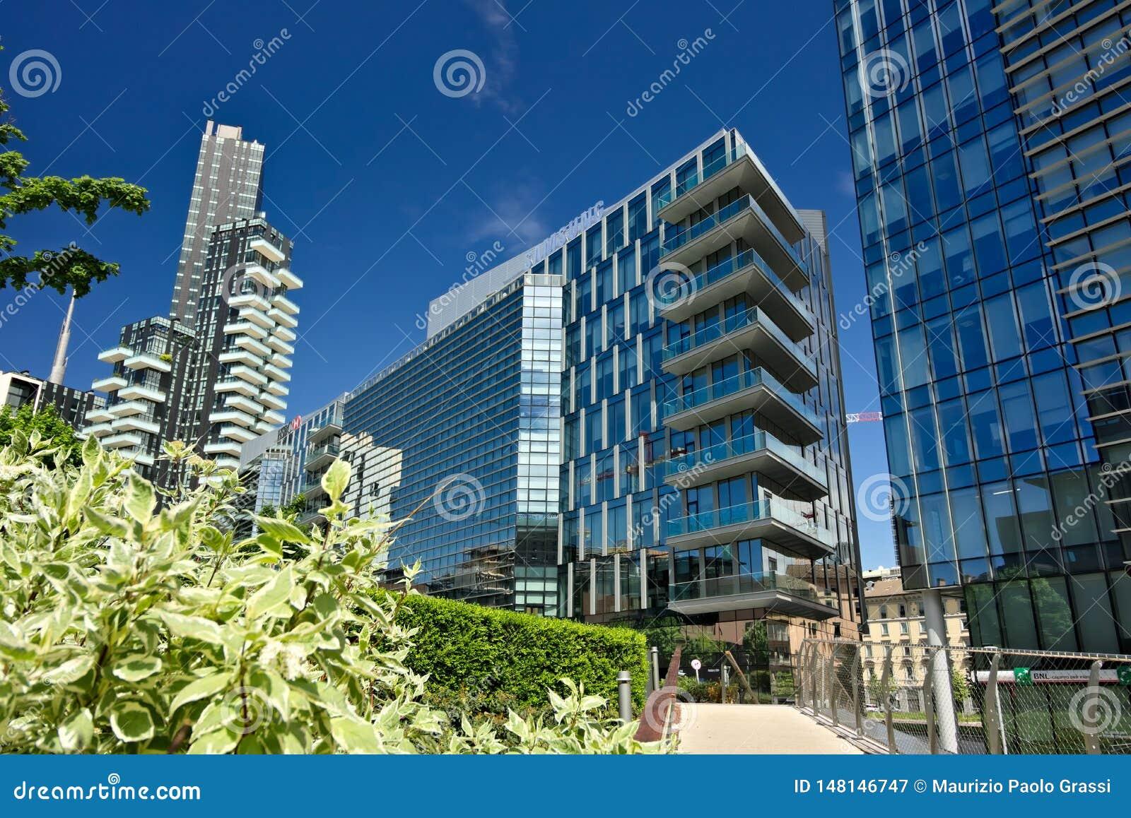 Solarien ragen mit Balkonen und modernen Geb?uden mit curtan Glasfassaden hoch Gesch?ftsgebiet mit Wolkenkratzern und glasiert