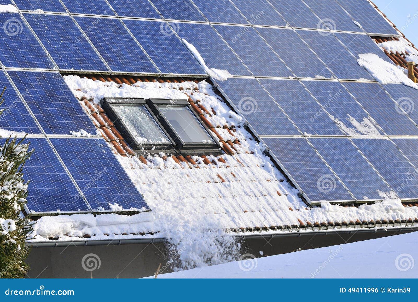 Download Solarmodule mit Schnee stockfoto. Bild von draußen, voltaisch - 49411996