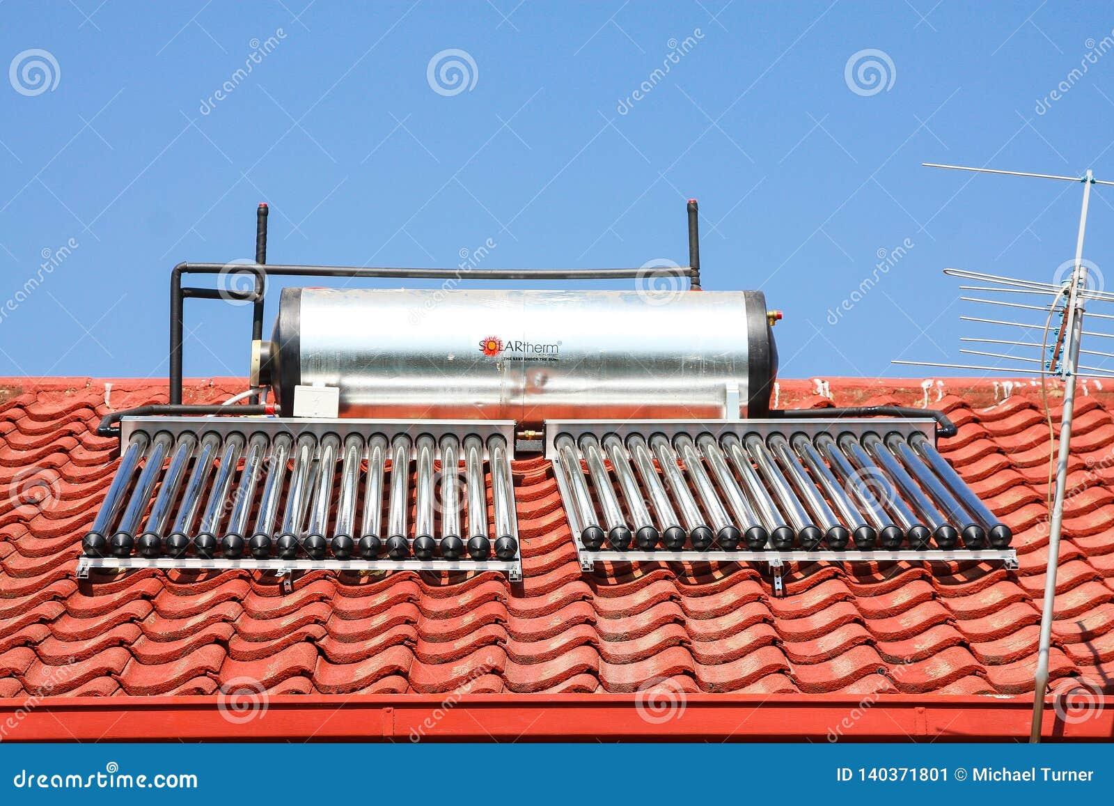 Solarwarmwasserbereitungs-Rohre auf einem Dach
