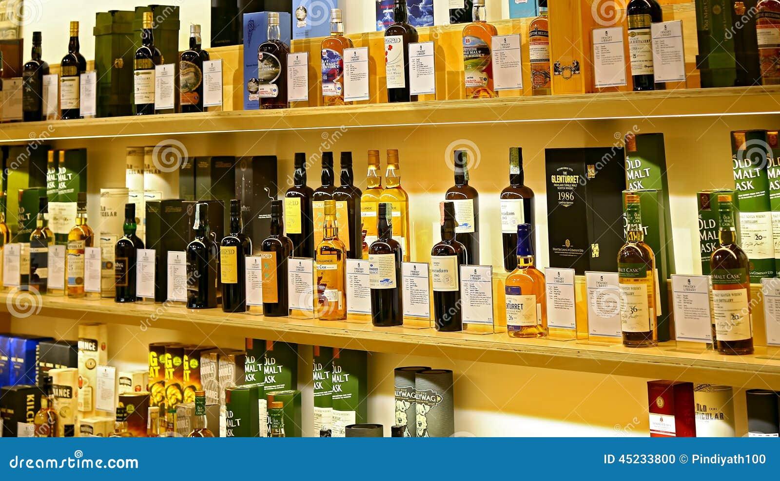 Solas Botellas De Whisky Escocés De La Malta En Estantes Imagen ...