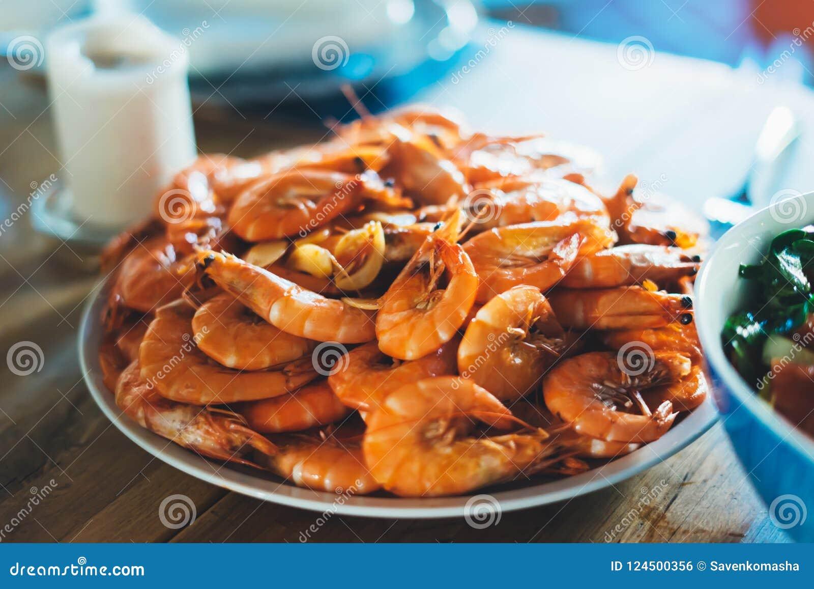Solated przygotowywał pomarańczowej garneli na tło stole na kuchni, zbliżenie świezi krewetka produkty w restauraci