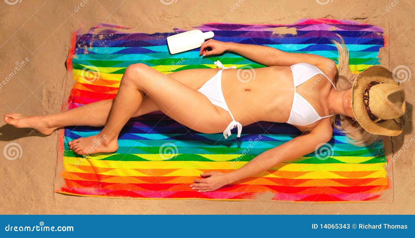 Solbada kvinna för bikinihattsugrör