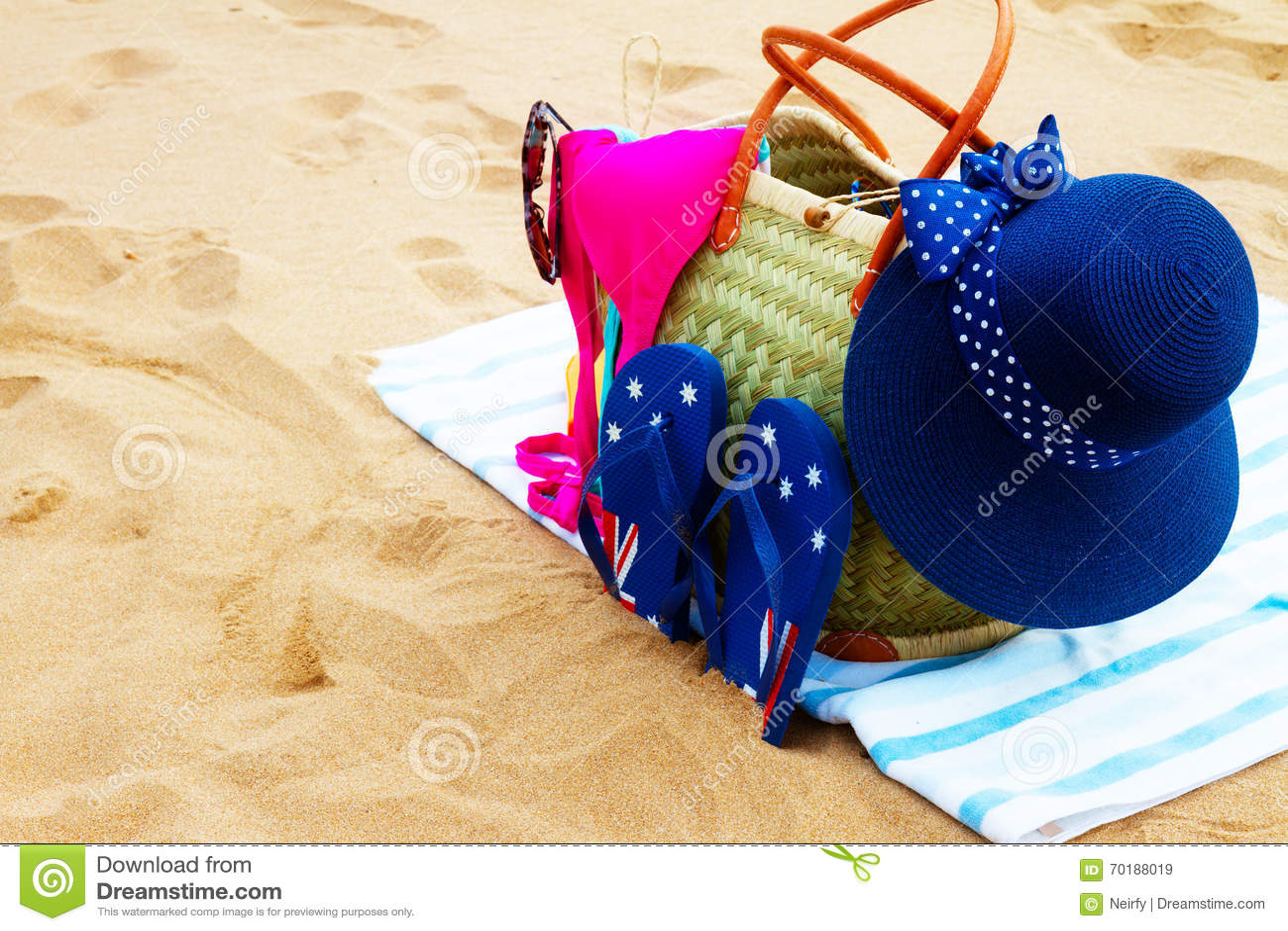 Solbada tillbehör på den sandiga stranden