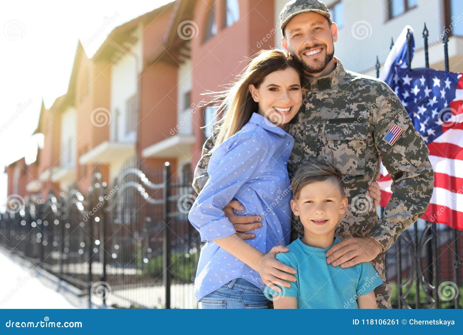 Soldado americano con la familia al aire libre Servicio militar