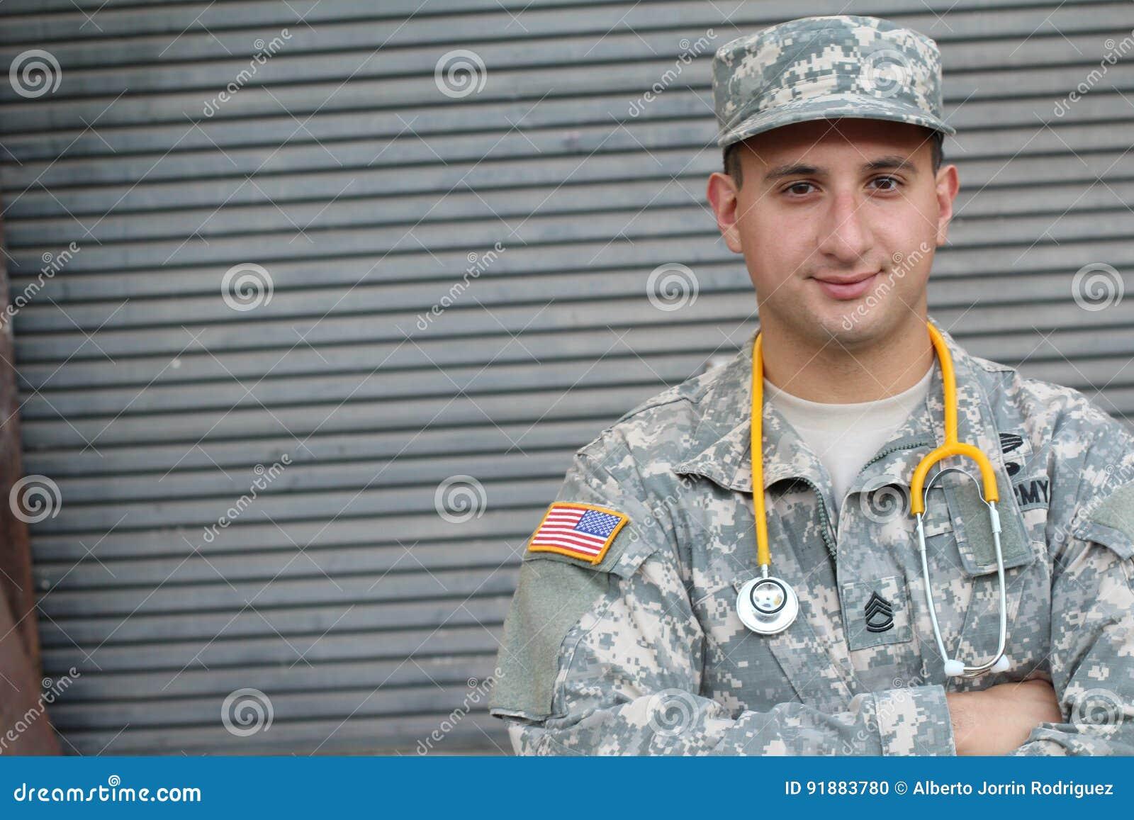 Soldado americano masculino no uniforme da camuflagem do exército - imagem conservada em estoque com espaço da cópia