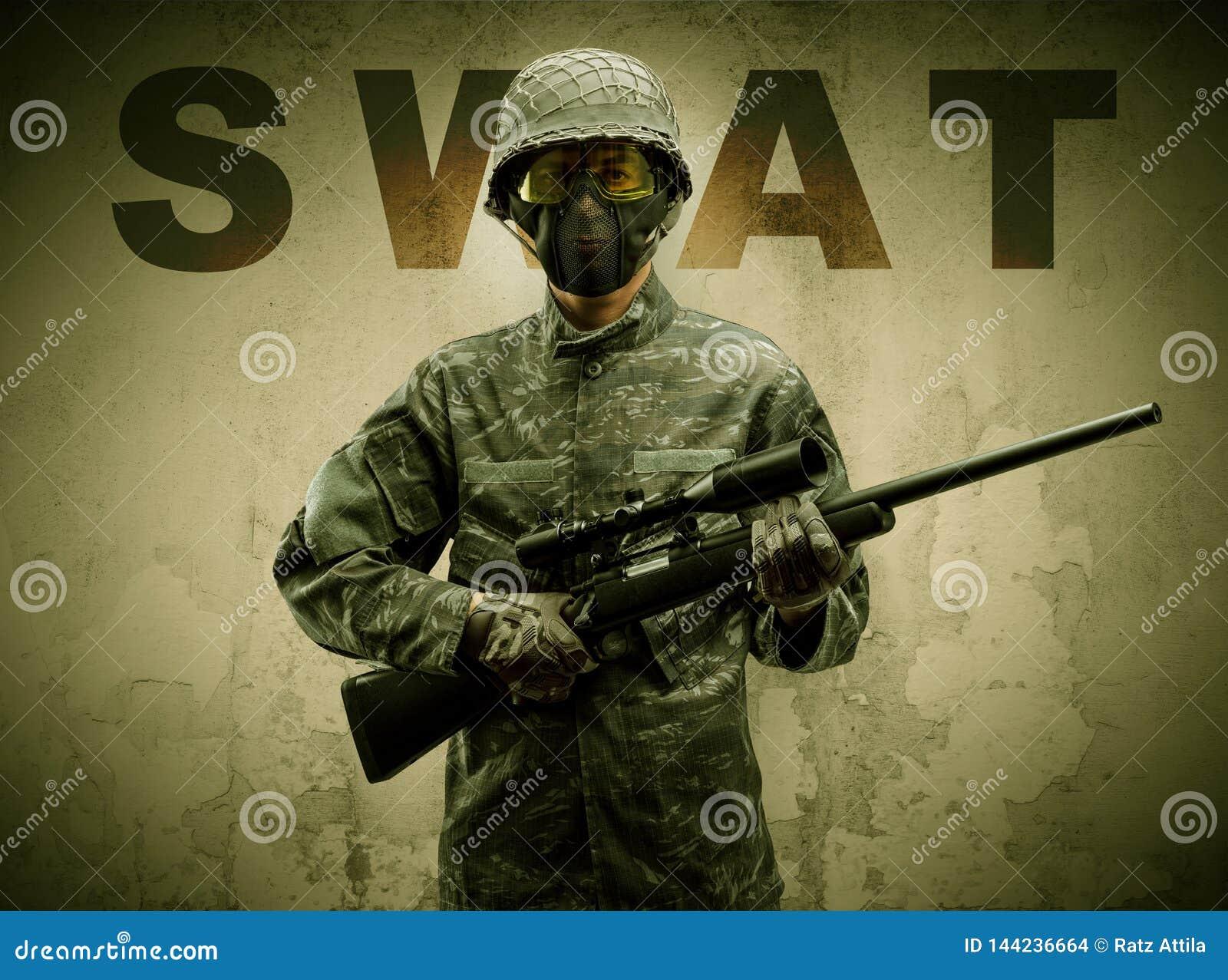 Soldado armado con el fondo da?ado de la pared