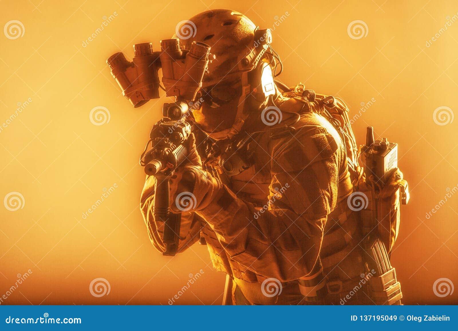 Soldado armado del ejército en la munición táctica moderna