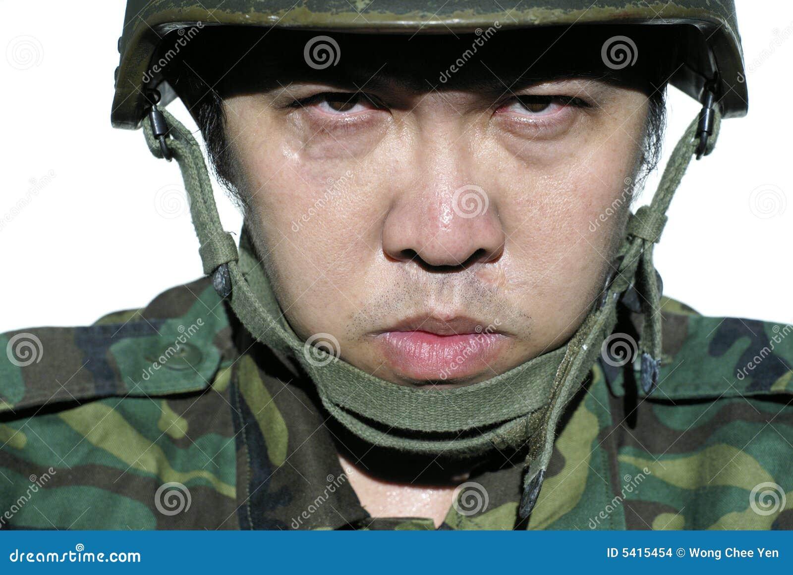 Soldado asiático sério