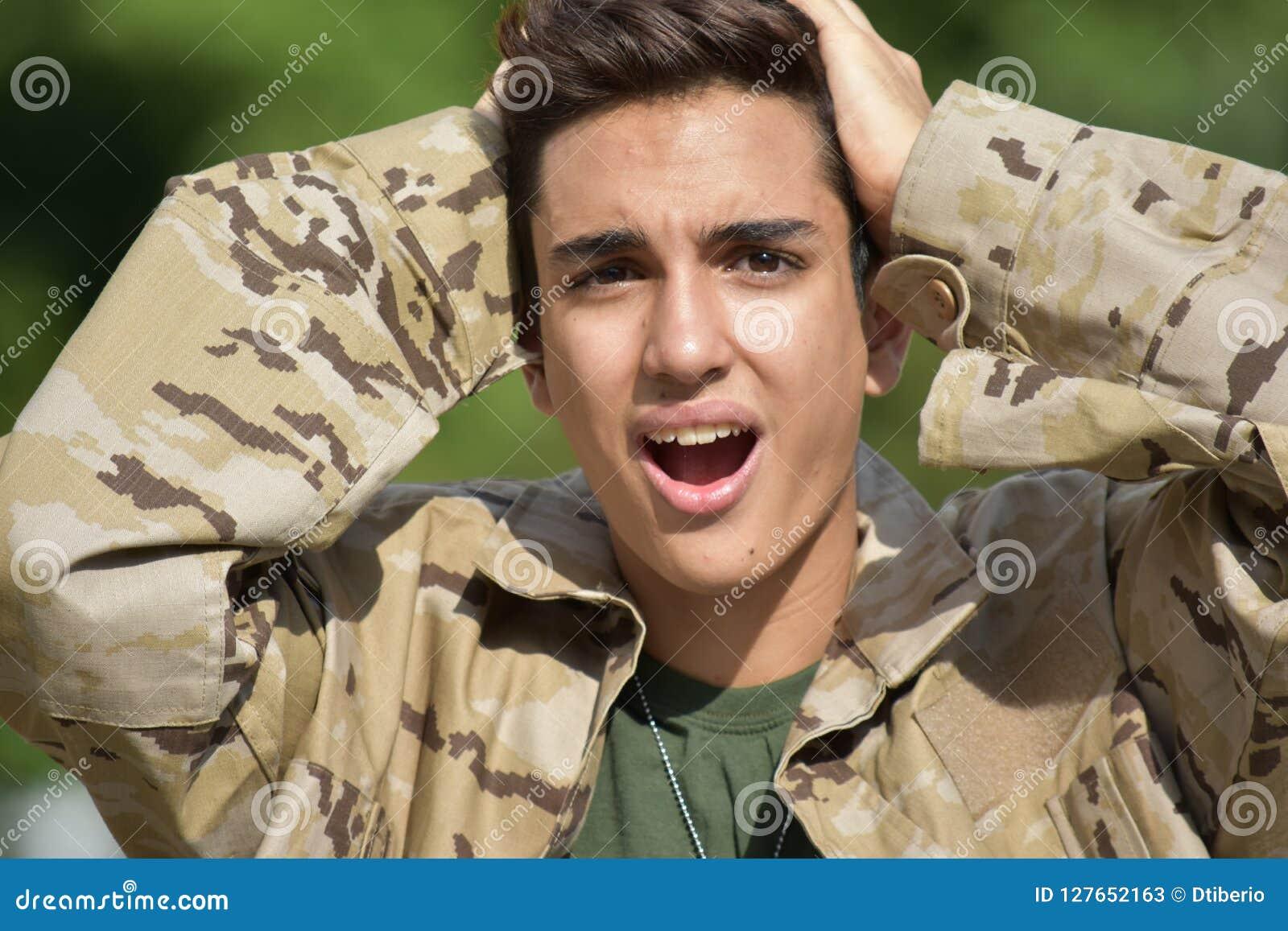 Soldado de sexo masculino apuesto sorprendido