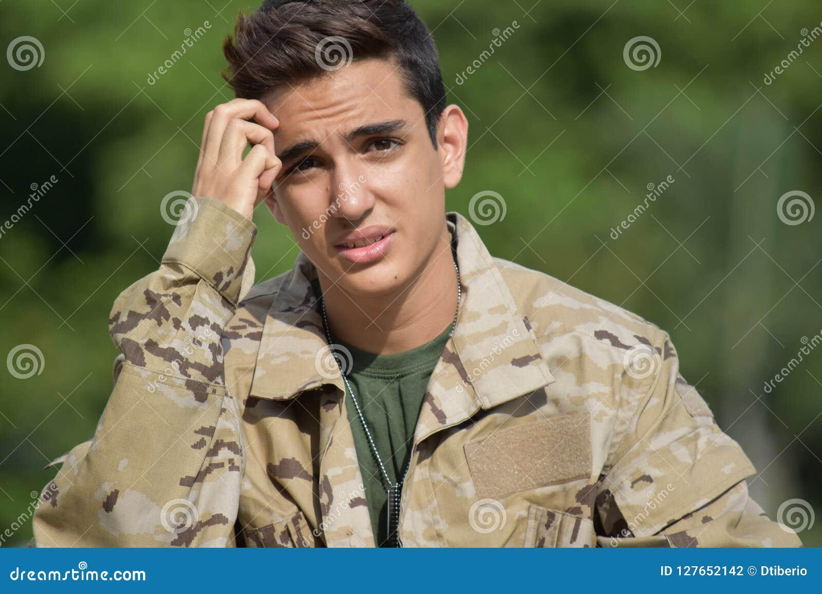 Soldado de sexo masculino diverso confuso