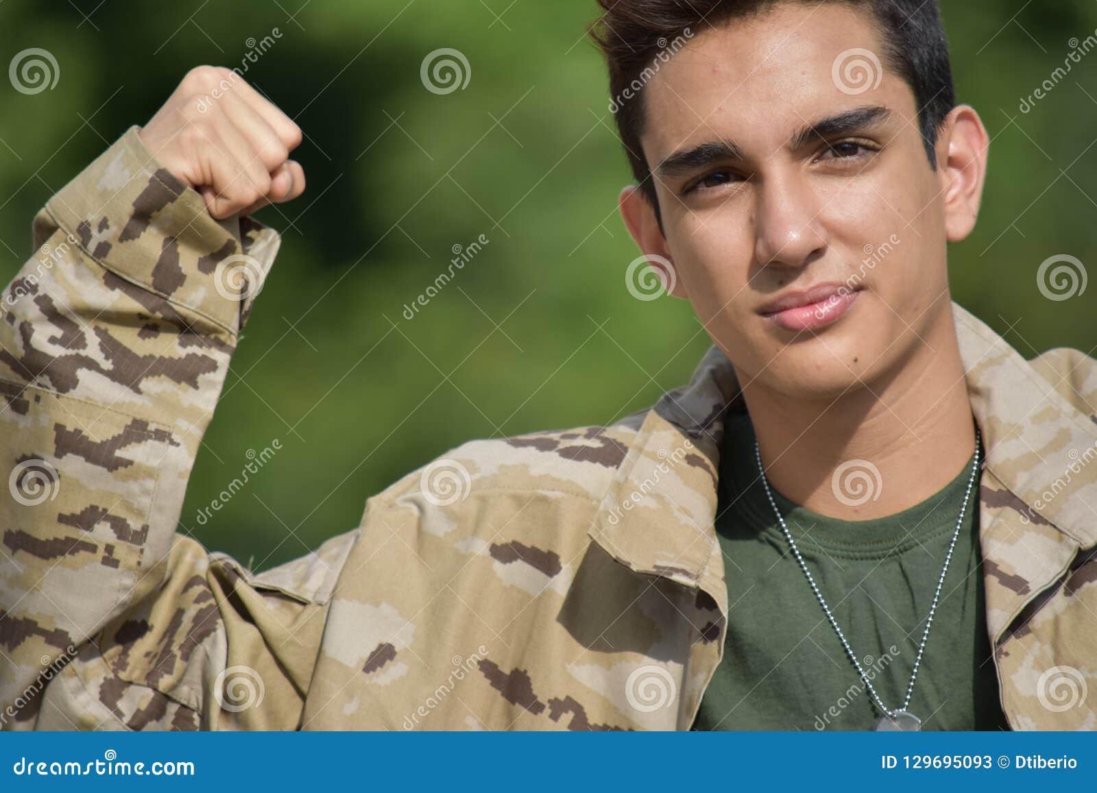 Soldado de sexo masculino muscular