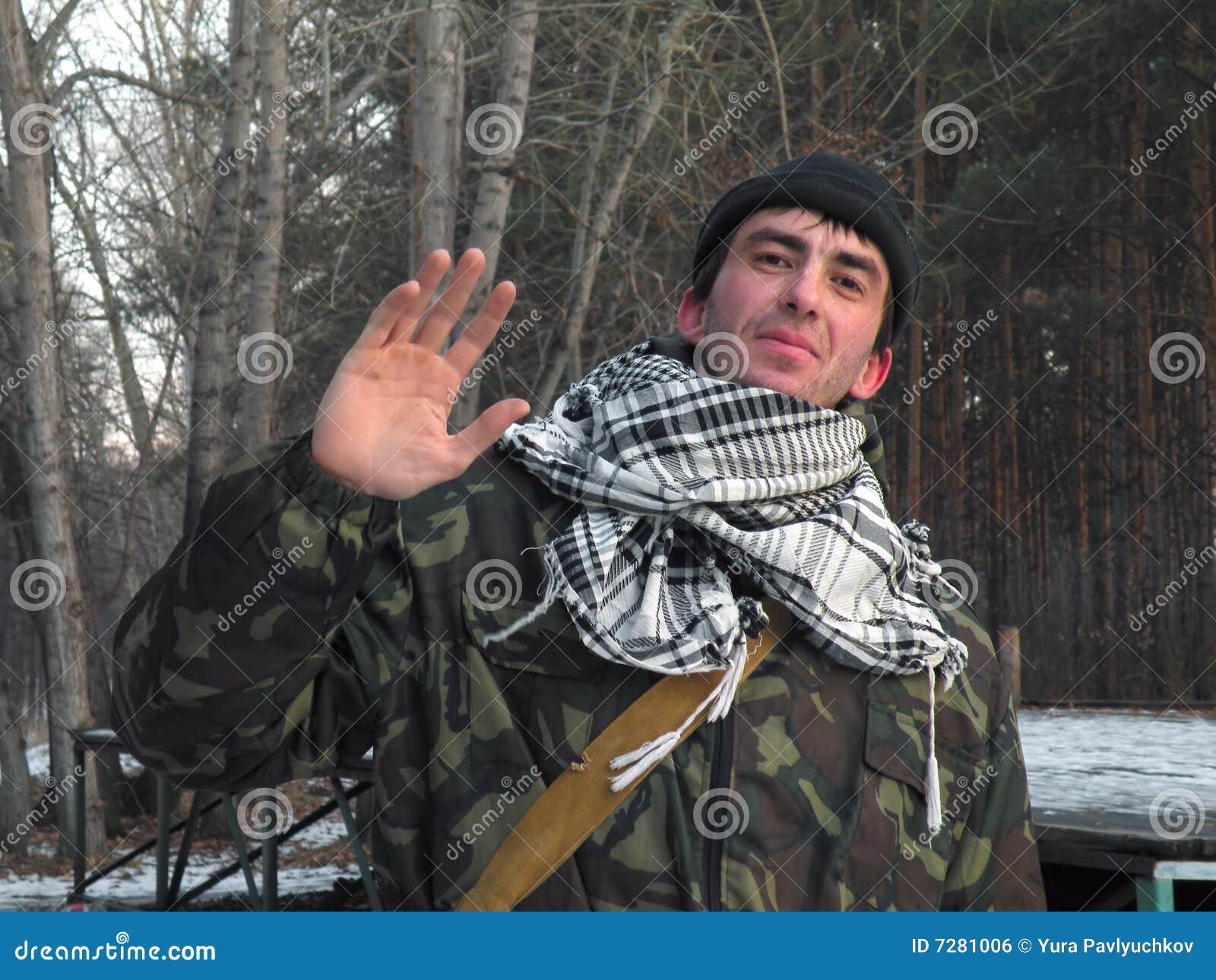 Soldado del saludo sobre el primer del bosque