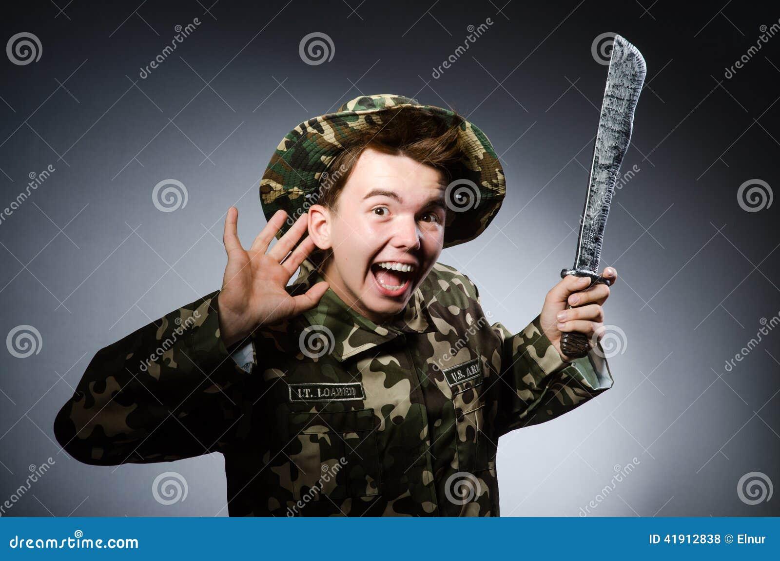 Soldado divertido contra