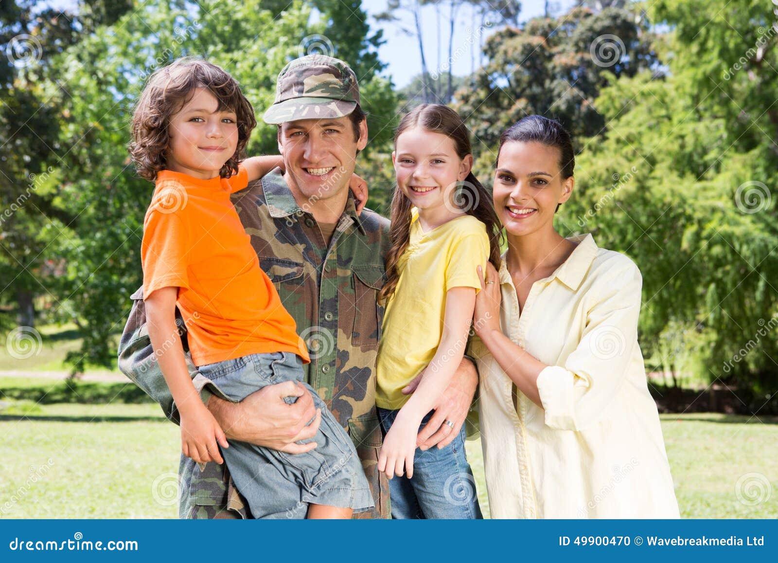 Soldado hermoso juntado con la familia