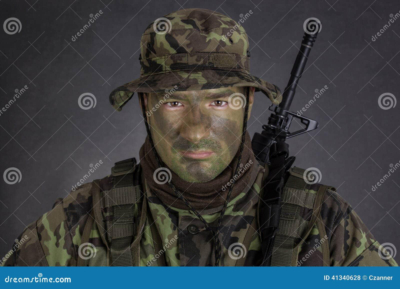 Soldado Joven Con La Pintura Del Camuflaje De La Selva Foto de ...