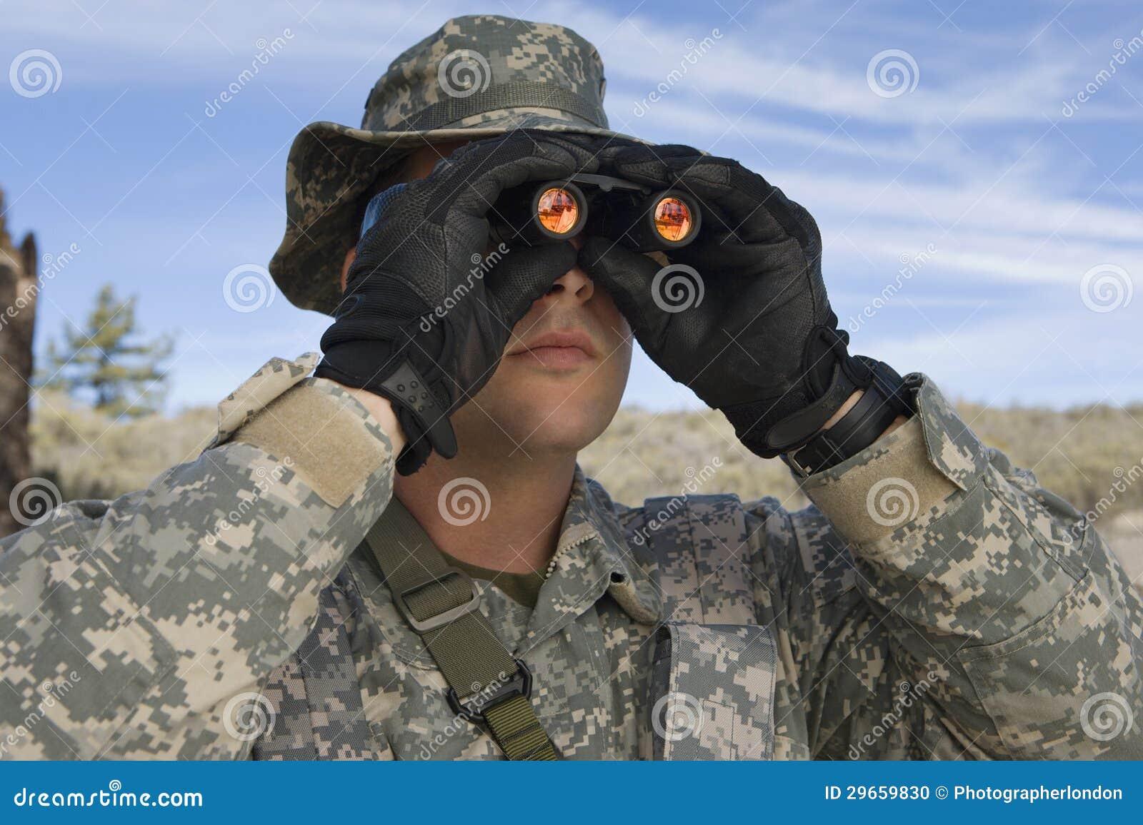 Soldado Looking Through Binoculars