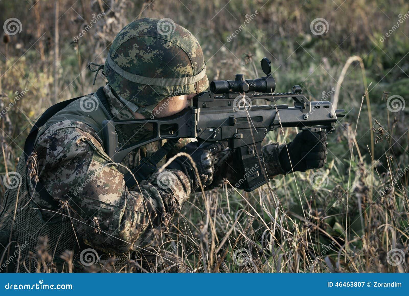 Soldado na guerra no pântano