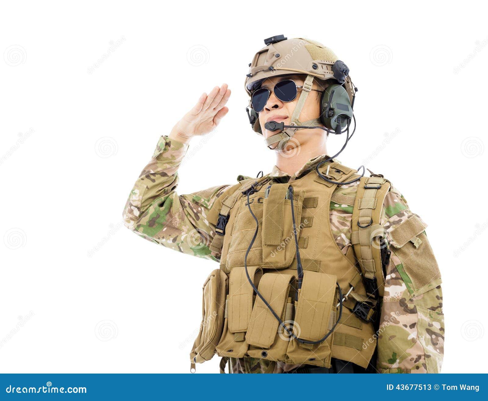 Soldado no uniforme militar que sauda sobre o fundo branco