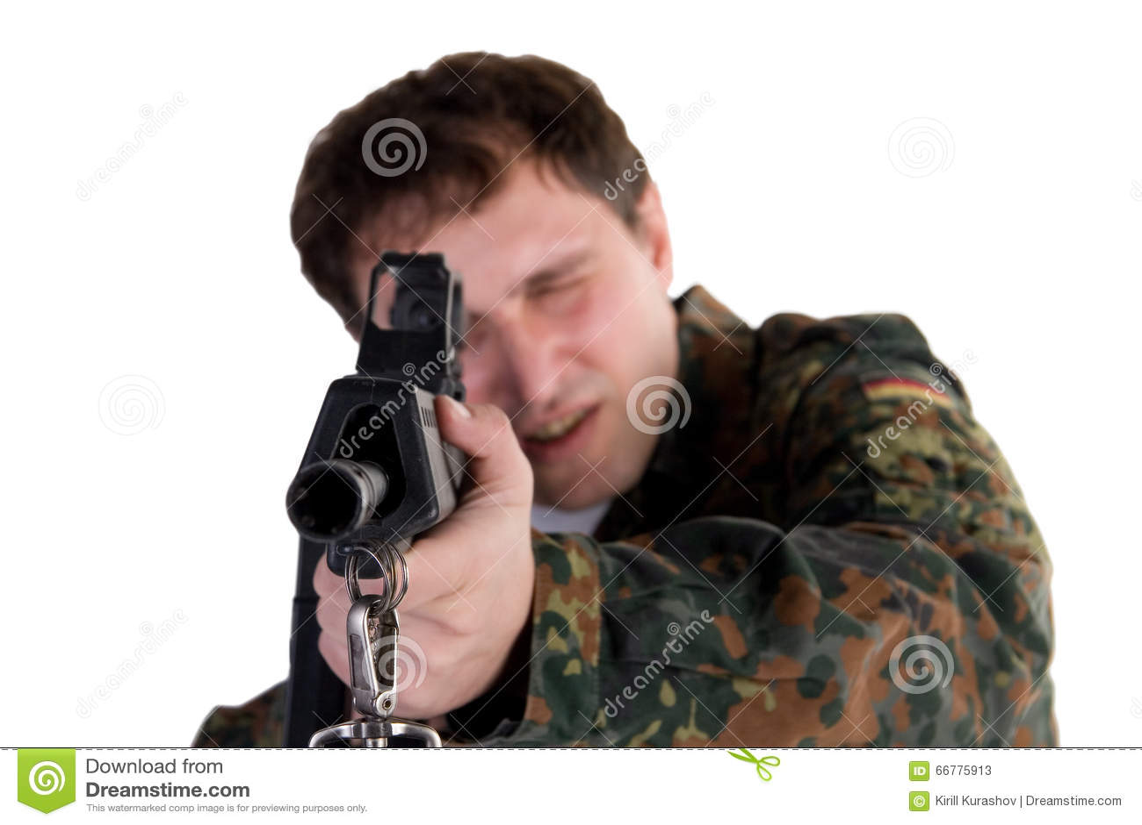 Soldado que apunta un arma