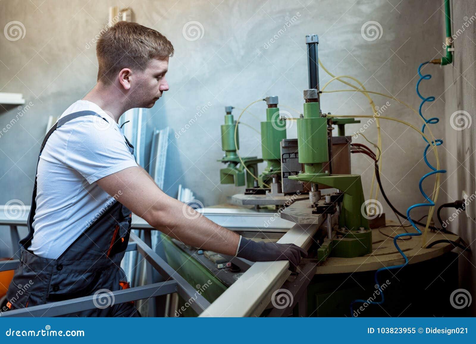 Soldadora de funcionamiento del trabajador en fábrica