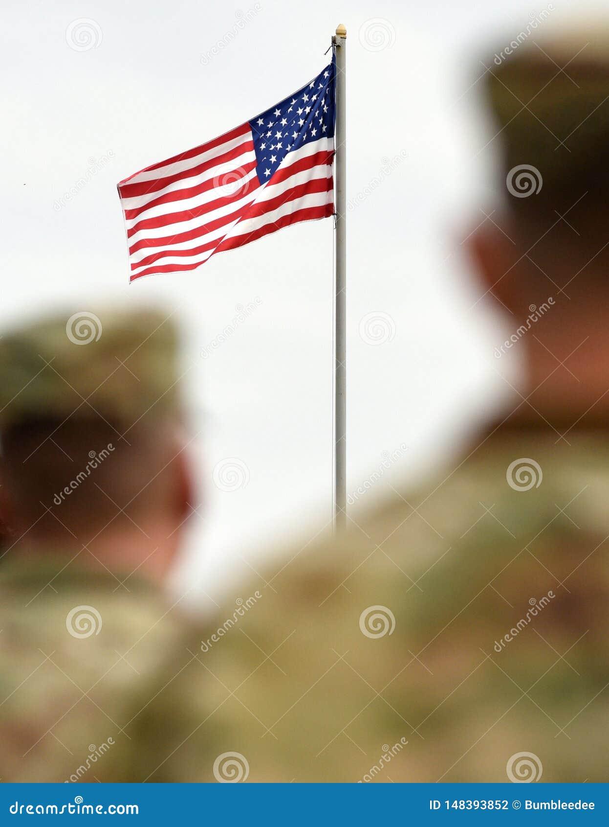 Soldados americanos e bandeira dos E.U. Tropas dos E.U.