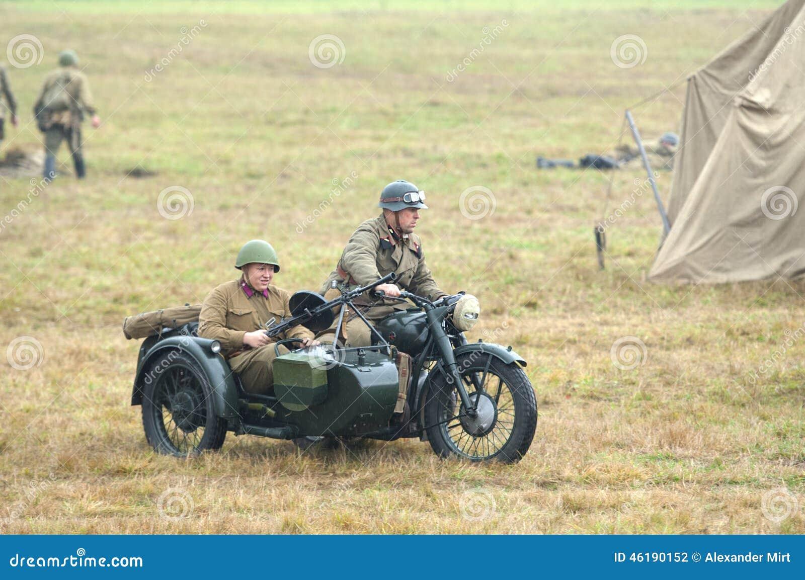 Soldados armados en motocircle