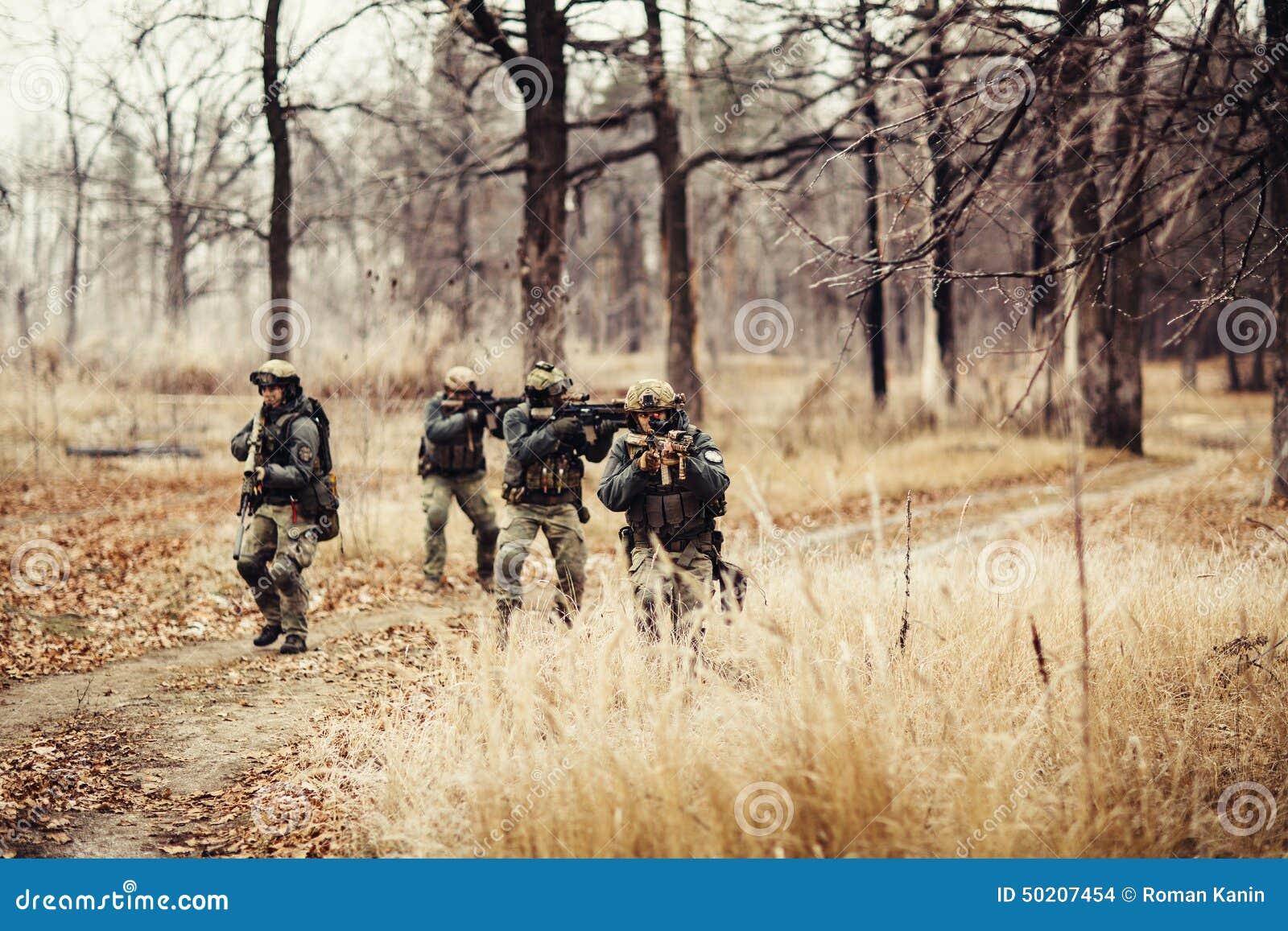 Soldados con los armas en el campo