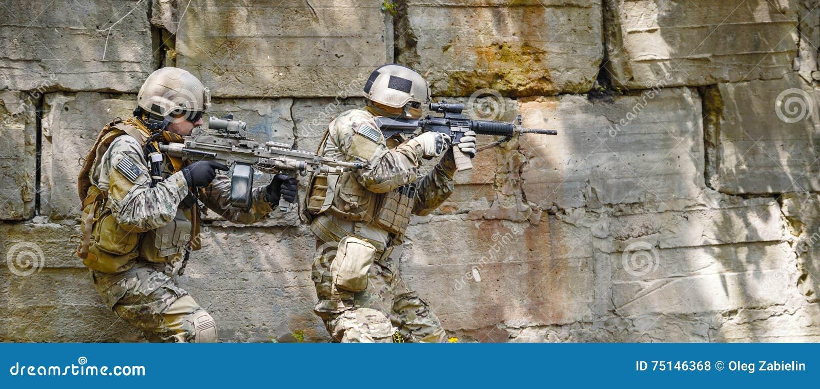 Soldados de las boinas verdes en la acción
