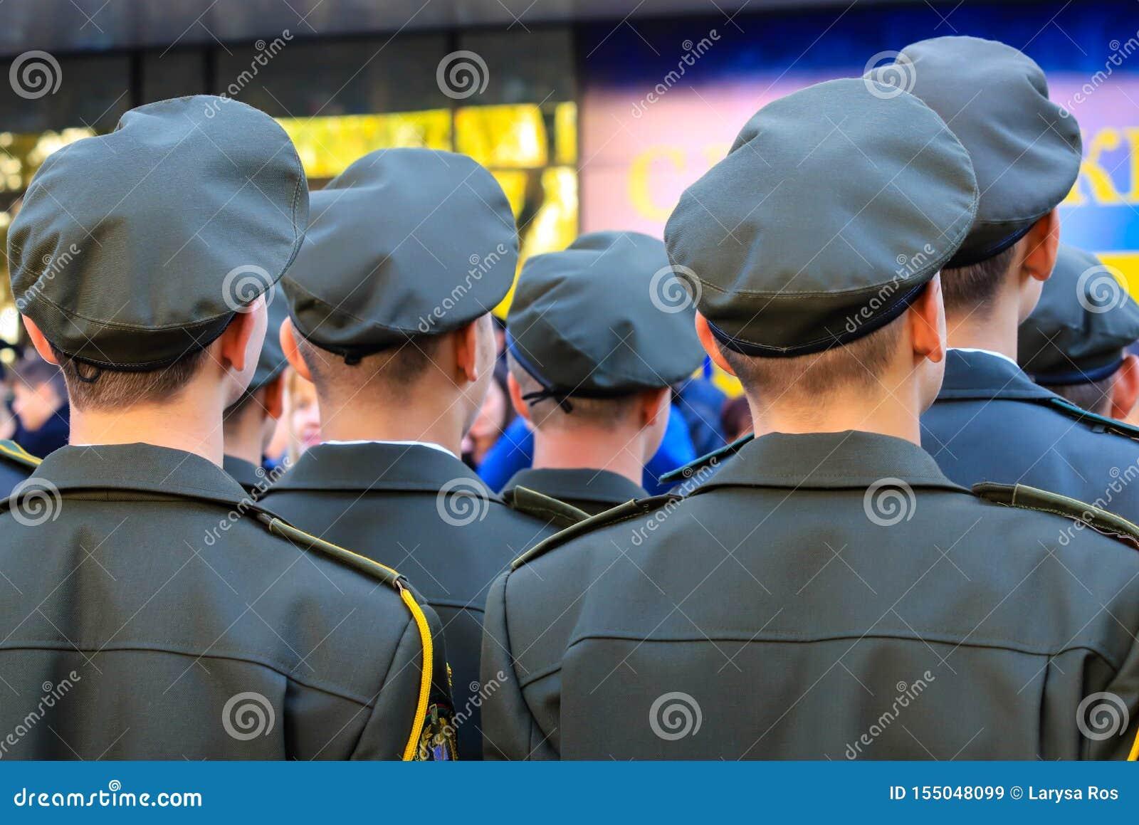 Soldados del ejército ucraniano durante el desfile El ejército de Ucrania, las fuerzas armadas de Ucrania, guerra ucraniana