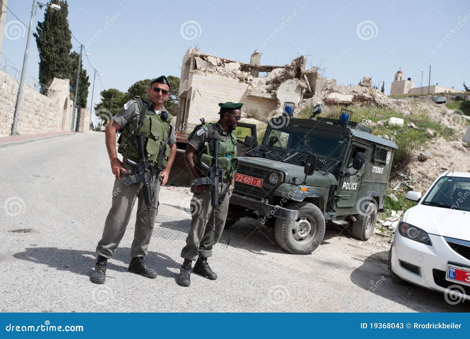 Soldados israelitas e demolição da casa