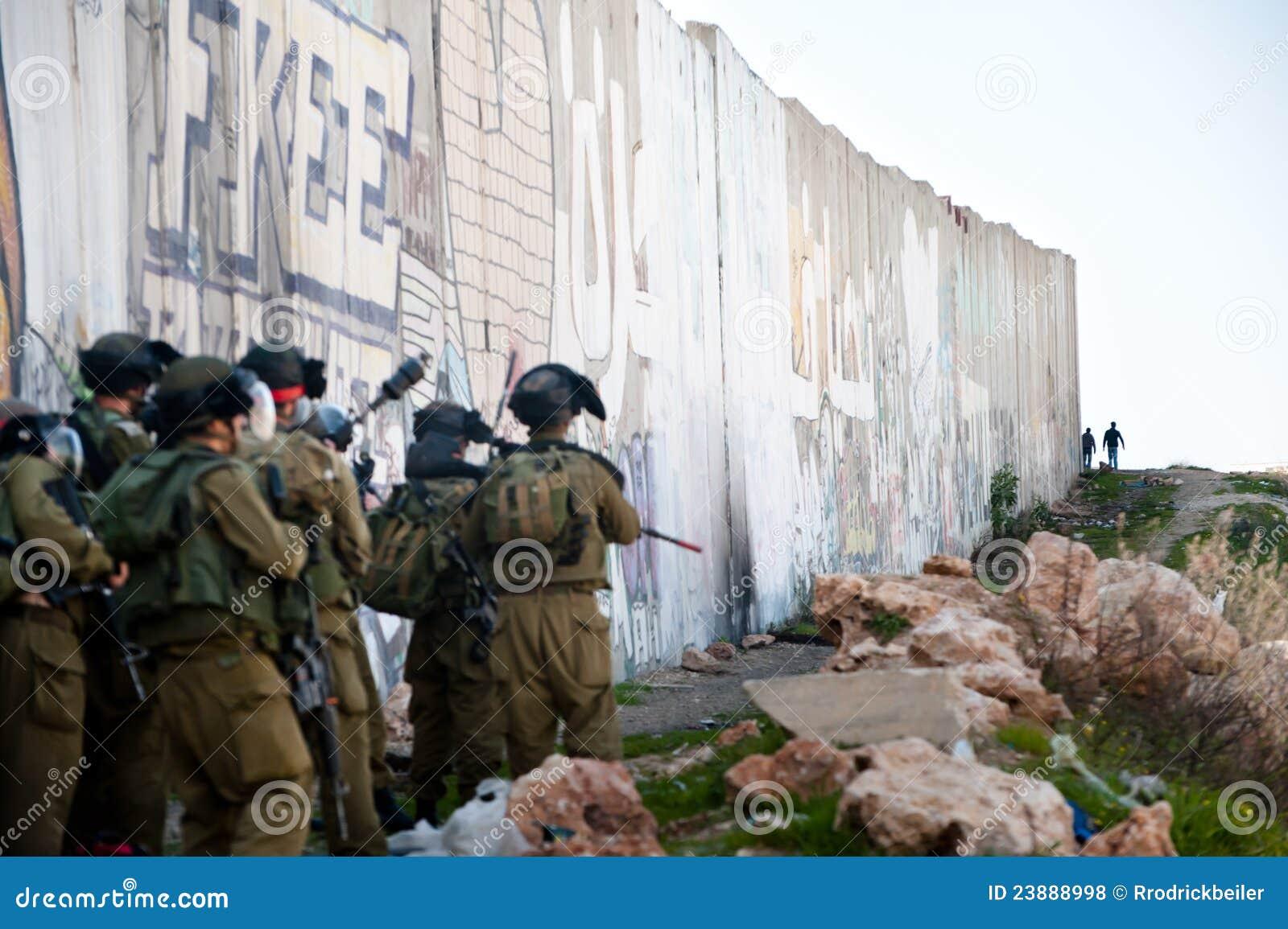 Soldados israelitas e juventude palestina