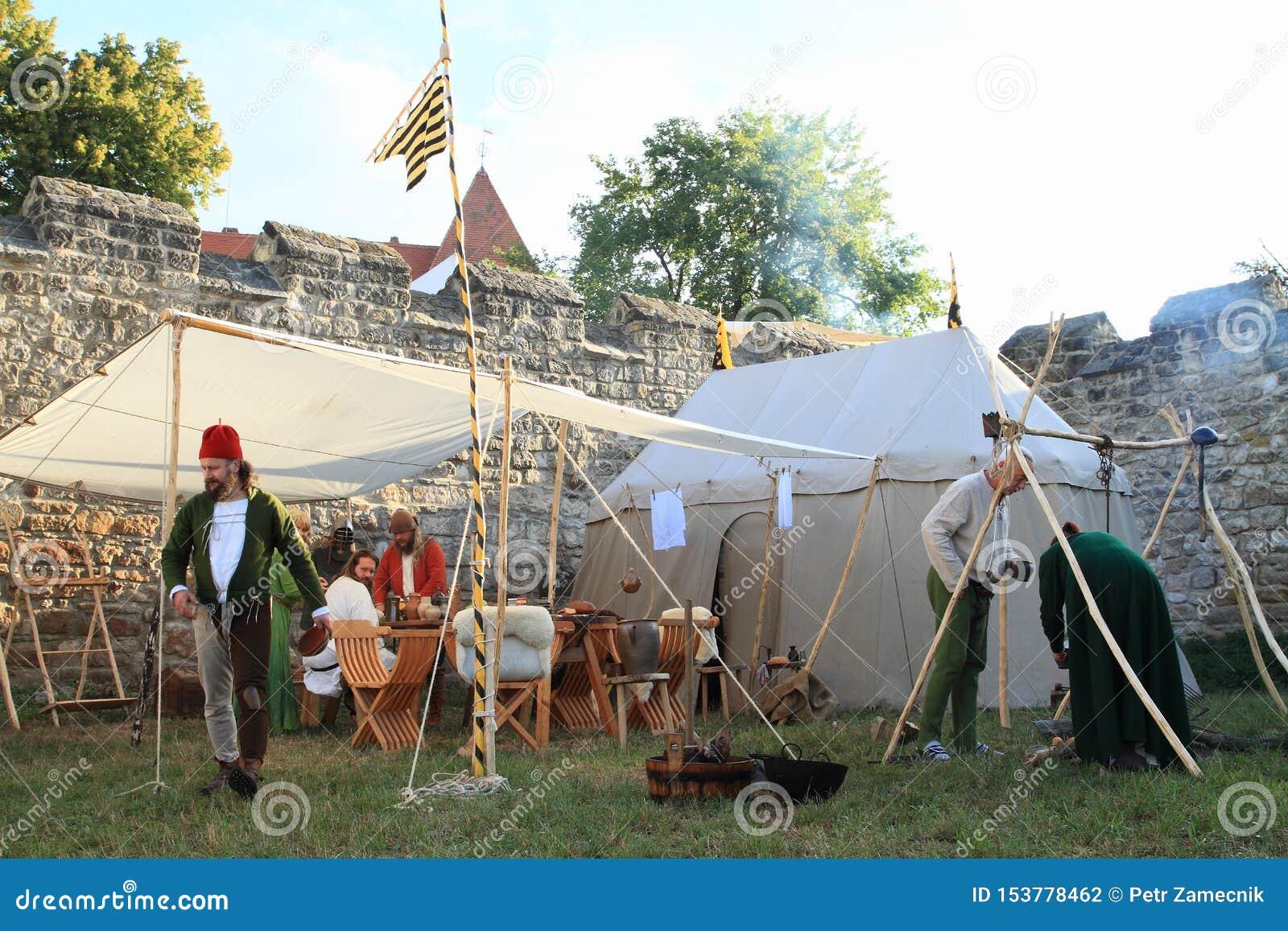 Soldados medievais no acampamento histórico no castelo Budyne