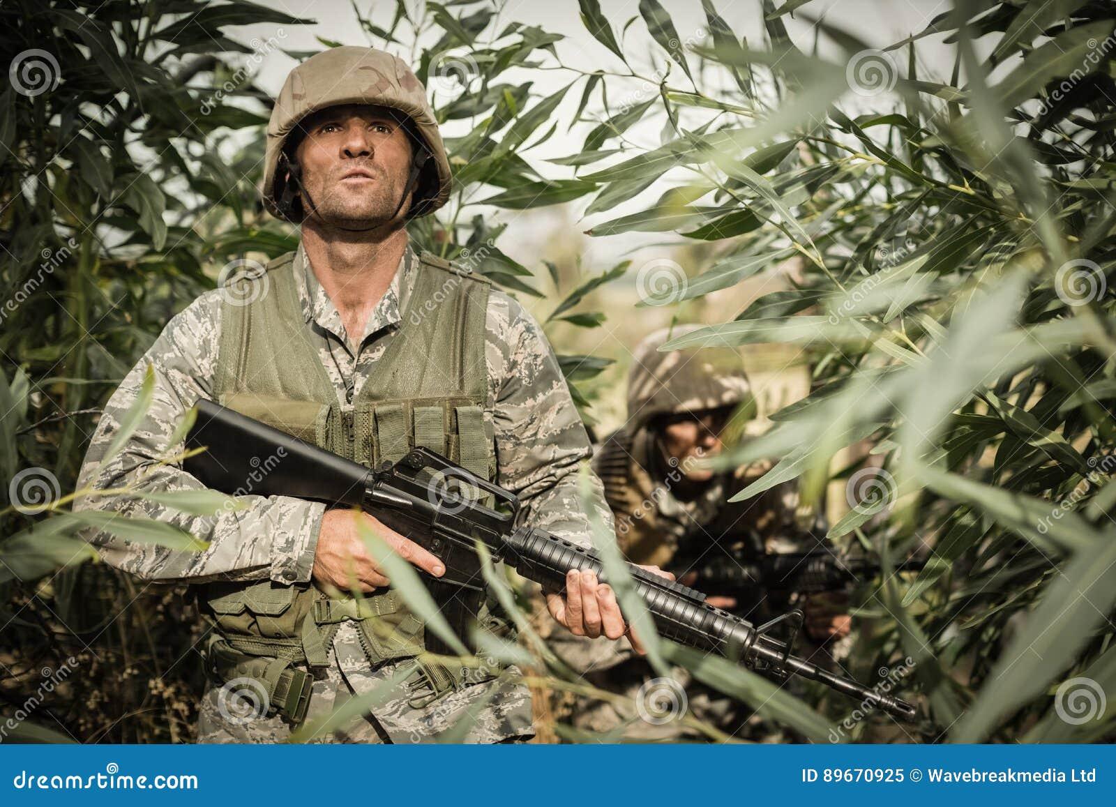 Soldados militares durante o exercício de formação com arma