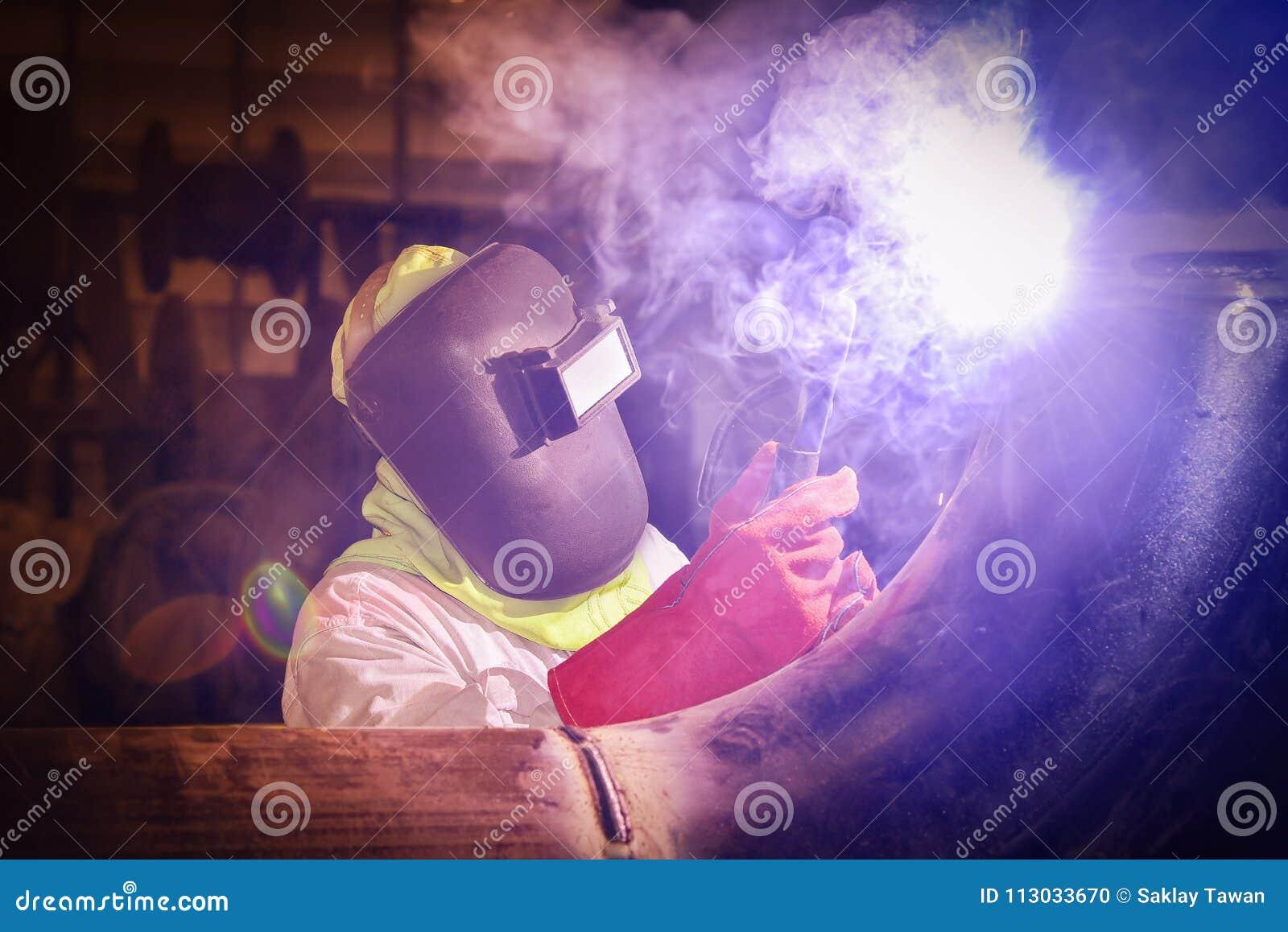 Soldadura del trabajador en fábrica