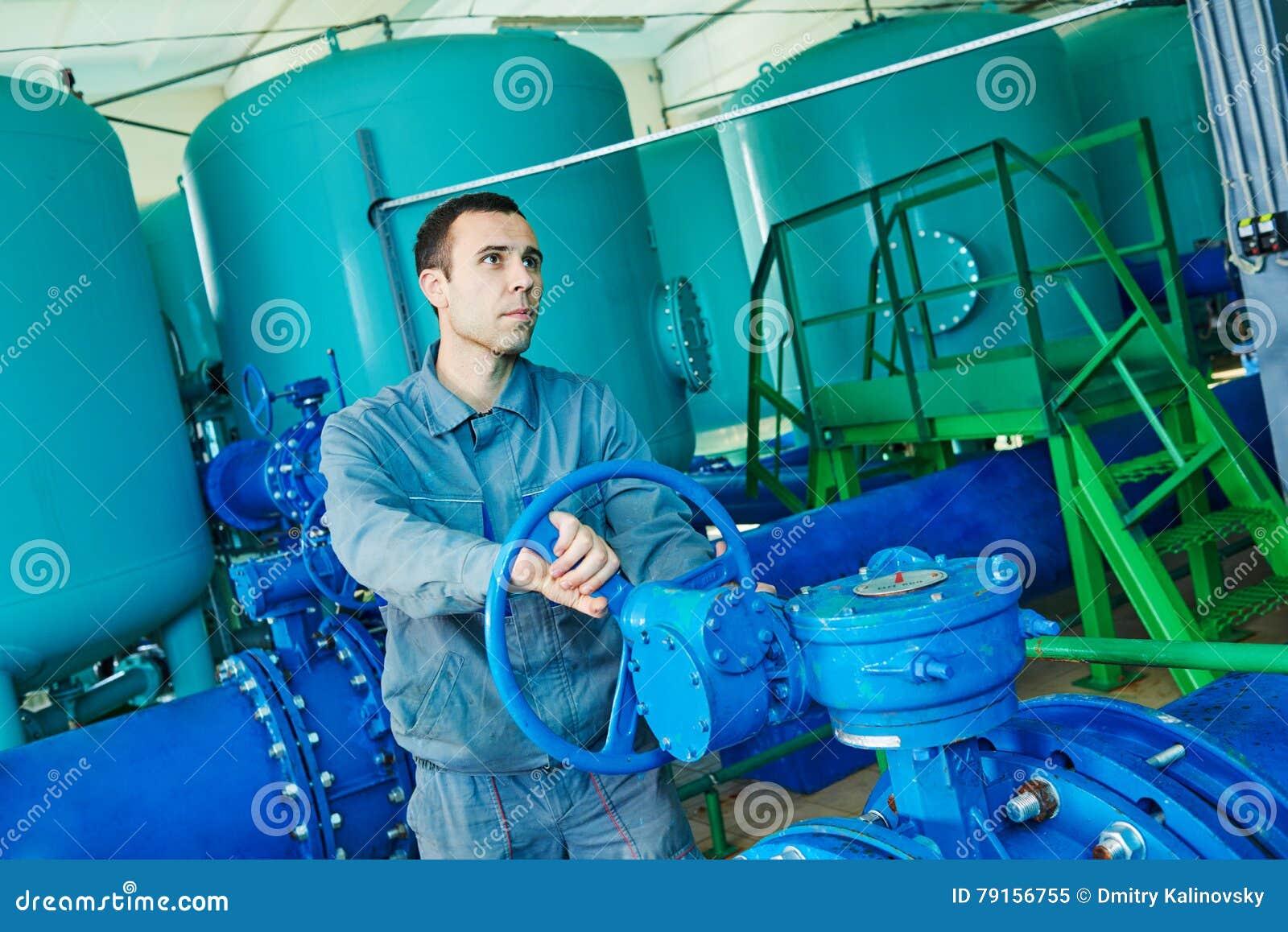 Soldat actionnant l équipement industriel de purification ou de filtration d eau
