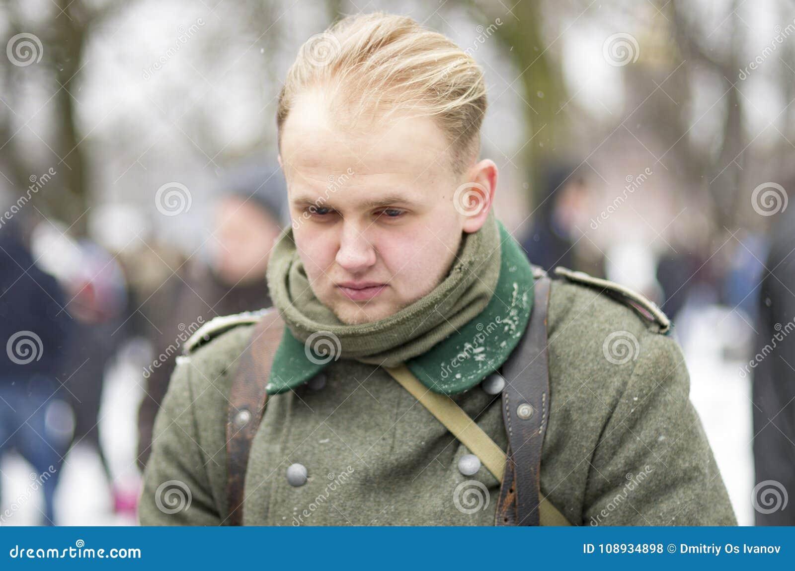 Soldat allemand du Wehrmacht sans chapeau, avec la tête de abattement