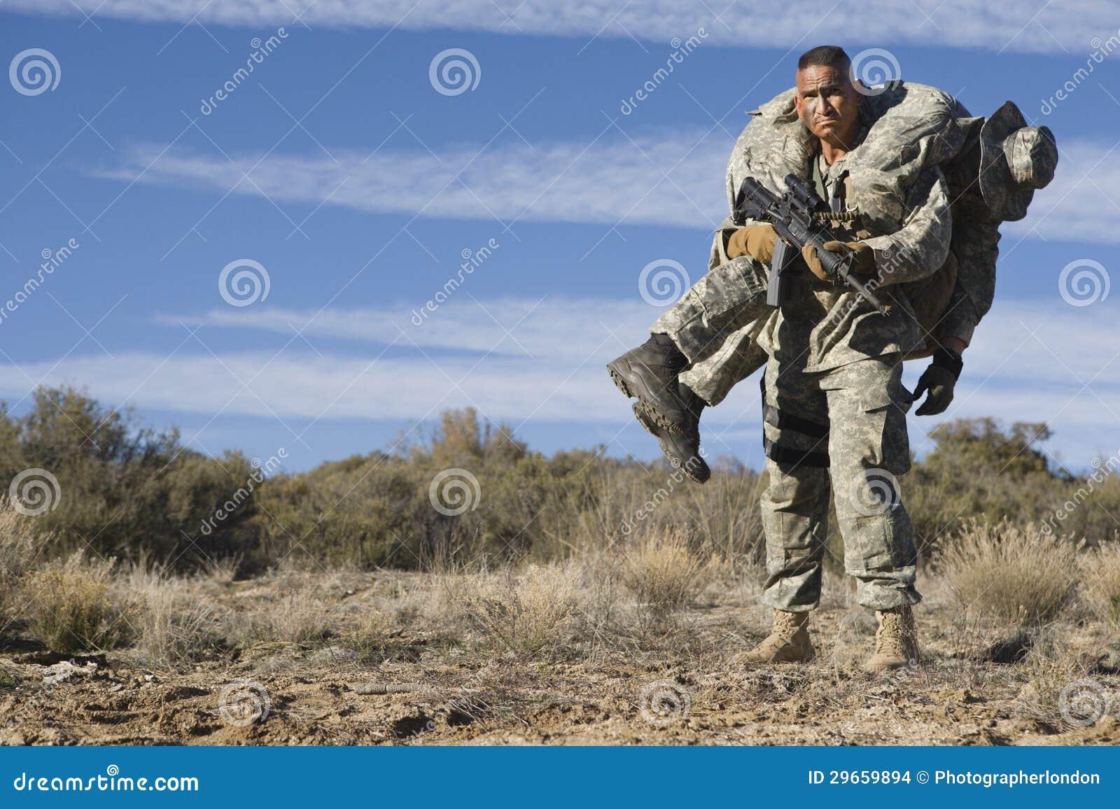 Soldat Carrying Wounded Friend de l armée américaine