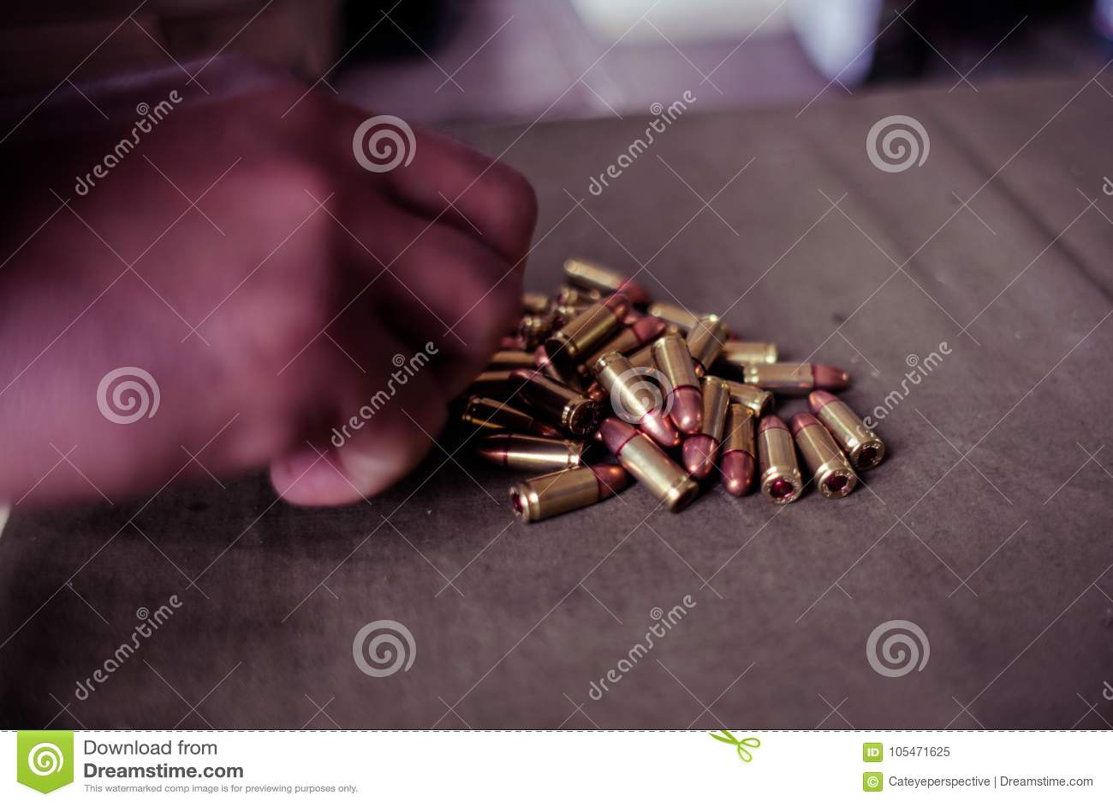 Soldat chargeant une cartouche de calibre de 9mm
