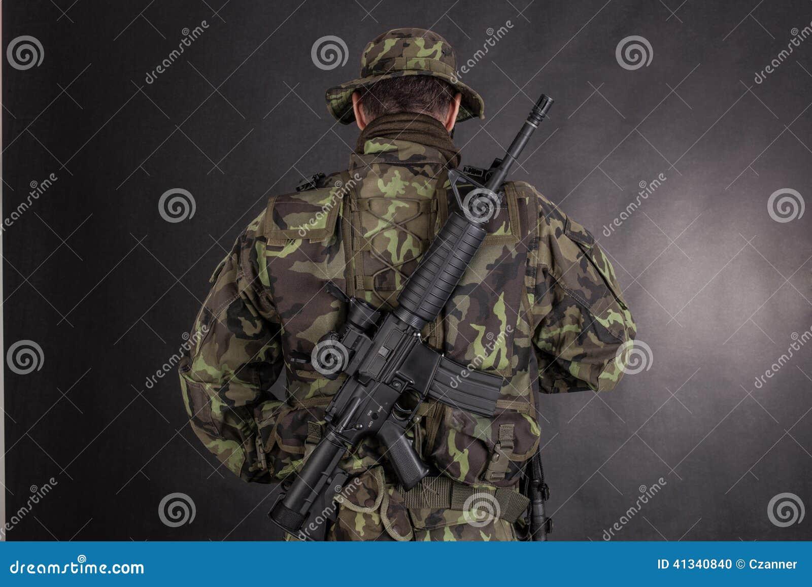 soldat-dans-le-camouflage-et-l-arme-mode