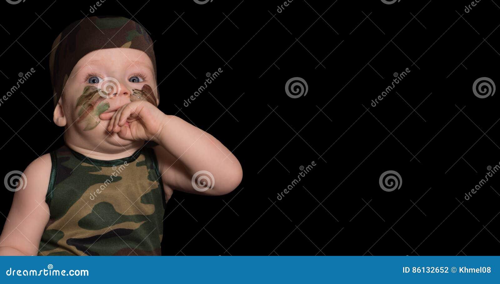 Soldat De Bébé Dans Luniforme Avec La Peinture De Guerre Sur Son