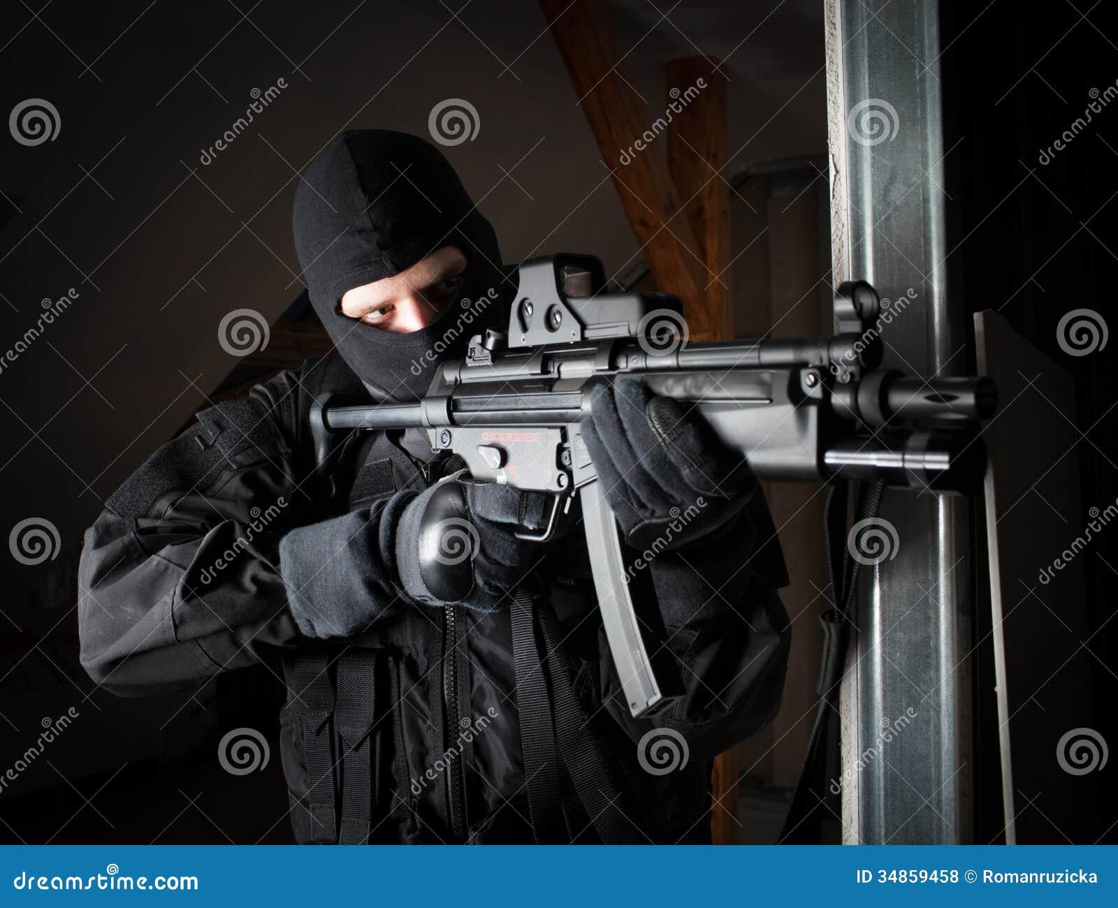 Soldat der besonderen Kräfte ist, schießend zielend und auf dem Ziel