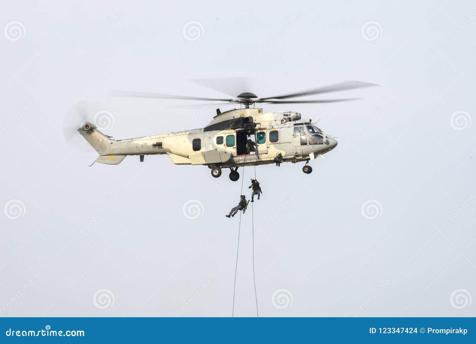 Soldat, der das Seil unten geht, vom Militärhubschrauber anzugreifen verwendet