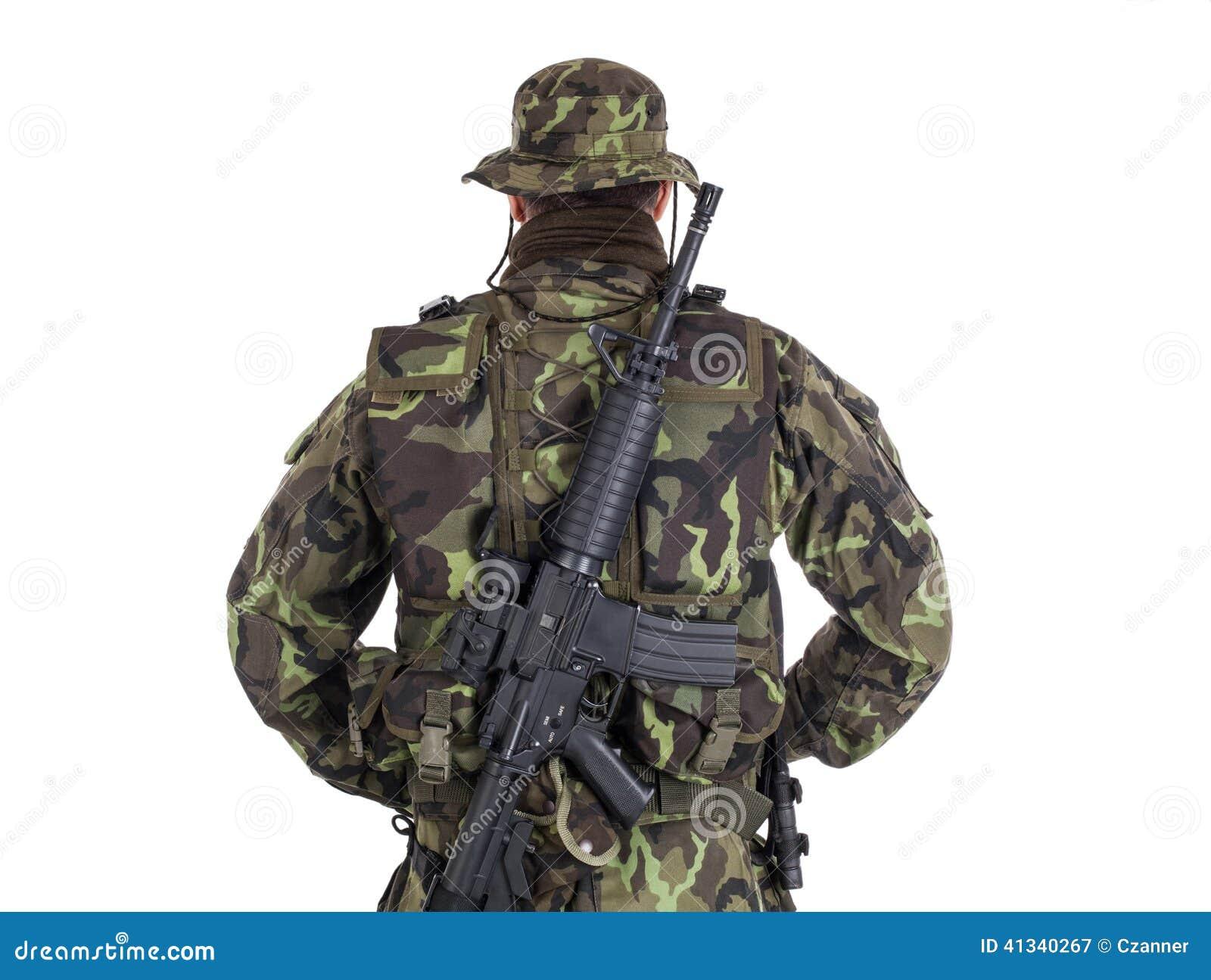 Soldat in der tarnung und in der modernen waffe m4 getrennt auf