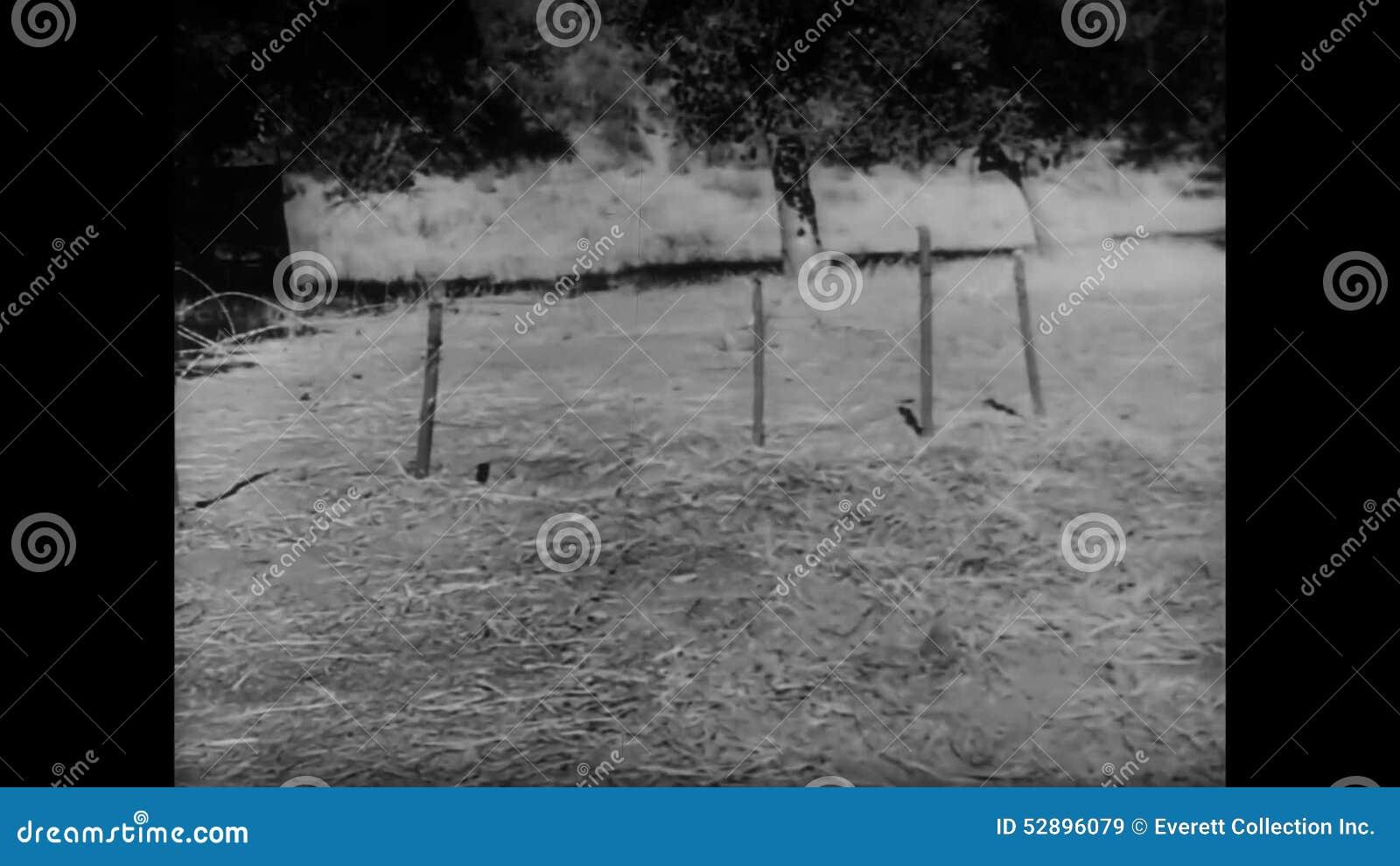 Soldat Der In Versteckten Graben Während Der Grundausbildung