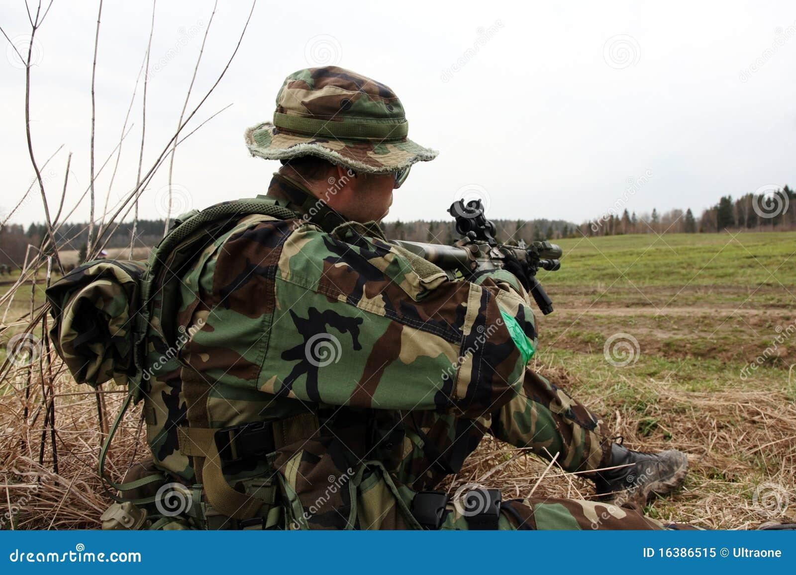 Soldat in der Waldtarnung stockbild. Bild von militärisch - 16386515