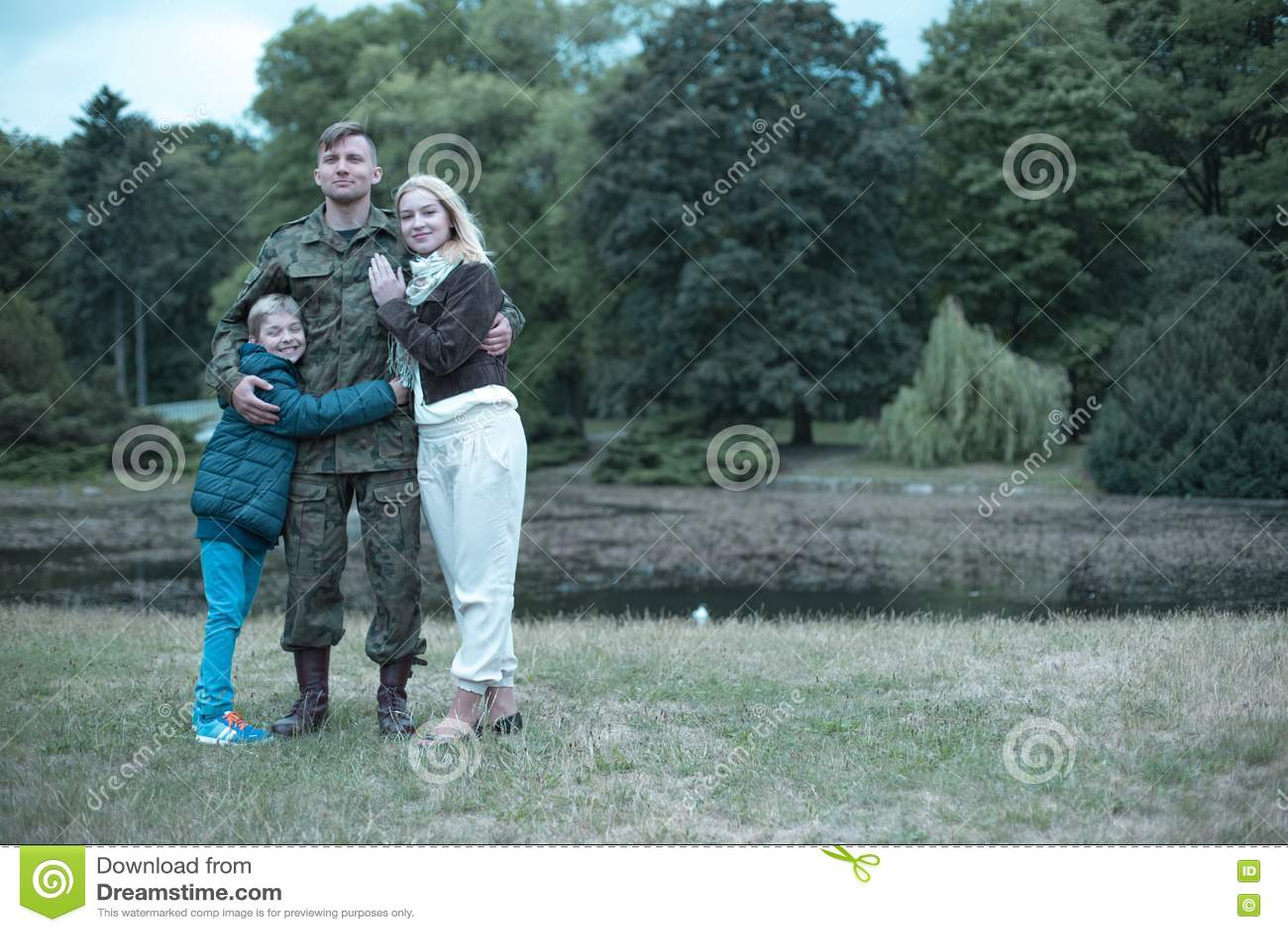Soldat, Der Zeit Mit Seiner Frau Und Sohn Verbringt Stockbild - Bild ...