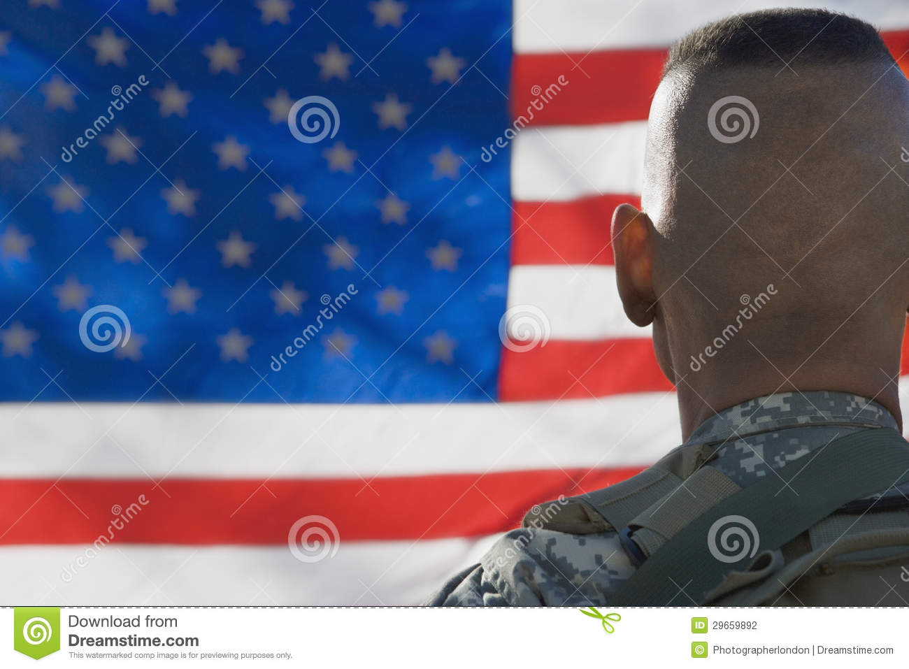 Soldat Looking At Flag för USA-armé