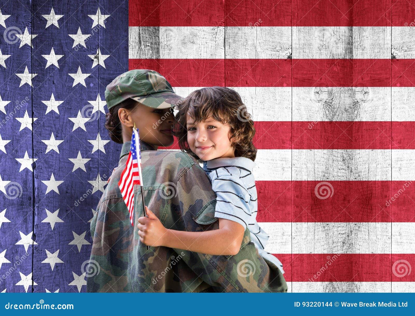 Soldat och son framme av USA-flaggan