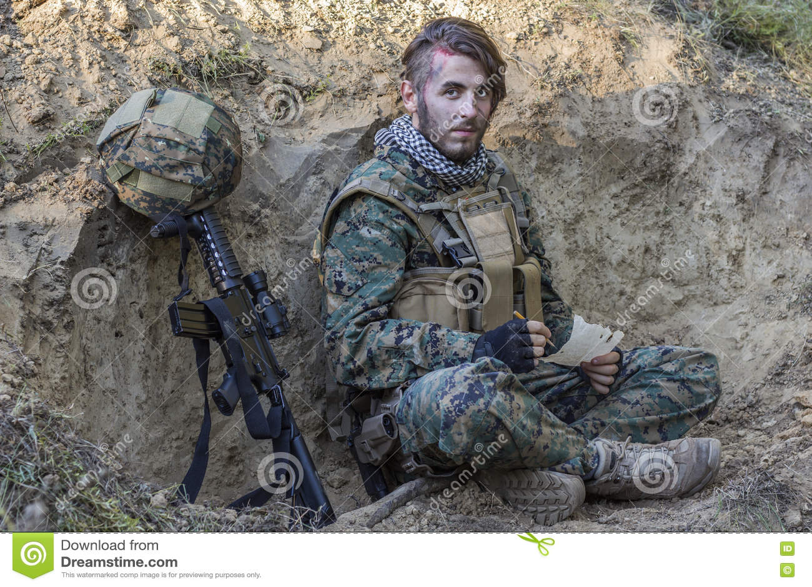 Soldat på jordningen med vapnet